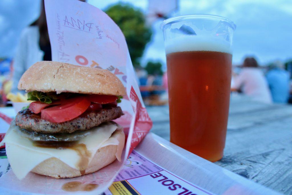 Panino onto e birra durante il Summer Park Salzano Festival